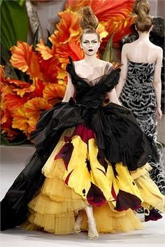 From John Galliano's Christian Dior Haute Couture Fall 2010 collection. The dress looks like so much fun to wear. Christian Dior Couture, Dior Haute Couture, Style Couture, Couture Week, John Galliano, Galliano Dior, High Fashion, Fashion Beauty, Fashion Show