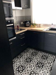 Zoom in op mijn Black Industrial Kitchen! Summer Kitchen, Red Kitchen, Kitchen Vinyl, Kitchen Cabinets, Kitchen Furniture, Kitchen Decor, Kitchen Ideas, Küchen Design, House Design