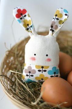 Parce qu'à Pâques, il n'y a pas que le chocolat qui compte ! Ce petit lapin en tissu est adorable.