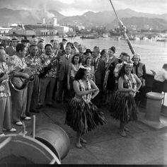Lurline Bill Lincoln hula troupe, my mom, Frances, looking at musician Hawaii Life, Aloha Hawaii, Hawaiian Monarchy, Hawaiian Quotes, Vintage Hawaii, Hawaiian Islands, Old Photos, Vintage Photos, Mexico Travel
