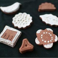 ブローチ。 粘土の色に白をプラスして、素朴な可愛らしさのブローチがたくさんできました。