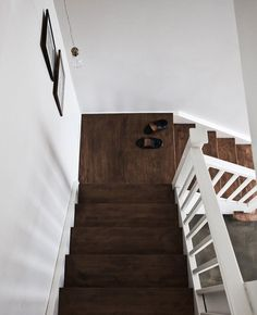 dark wood stairs against white walls is so refreshing.