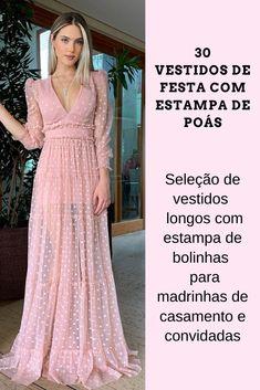 Vestido de festa com estampa de poás (estampa de bolinhas) está em alta na moda festa! Confira esta seleção com 30 vestidos longos estampados para madrinhas de casamento e convidadas (são várias opções de cores e modelos). Na foto: vestido longo rose com estampa de poás e uma leve transparência nas pernas. #vestidodefesta #vestidolongo #madrinhadecasamento #convidada #modafeminina #poás #estampadebolinha #casamento