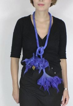Kate Ramsey – felted flowers neckpiece adornement blue – (you can buy it on Etsy at « FeltFieltroFilc« )