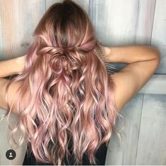 Rose Gold Ombre Hair Color Ideas Rose Gold Ombre Hair Color Ideas, Somewhere between full-on pink, strawberry blonde, and the redhead is our new favorite color: rose gold hair. Whoever figured out that shimmery gold a. Gold Hair Colors, Ombre Hair Color, Blonde Rose Gold Hair, Rose Hair Color, Long Pink Hair, Rose Gold Ombre, Rose Gold Toner Hair, Curly Hair Colours, Hair Trends