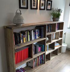 Leuke speelse houten boekenkast