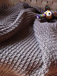 Blanket in daisy stitch - free knitting pattern