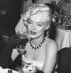 Marilyn Monroe at the Cocoanut Grove in Hollywood Glamour, Hollywood Actresses, Classic Hollywood, Old Hollywood, Estilo Marilyn Monroe, Marilyn Monroe Quotes, Coconut Grove, Famous Girls, Norma Jeane