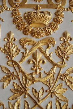 ~Fleur de Lis and the double 'L' for Louis; gilded wood from Versailles Louis Xiv, Versailles Paris, Visit Versailles, Grafik Design, Stencils, Design Inspiration, Beautiful, Palaces, Gold Aesthetic