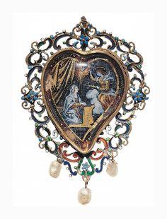 Pendentif, XVIIe siècle. Espagne. Or, perles baroques, fixé sous verre, émaux de couleurs. | © Les Arts Décoratifs / photo : Jean Tholance