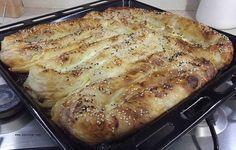Patlıcanlı Börek - Nurdan Çakır Tezgin #yemekmutfak.com Patlıcanın ömrü bana göre dört aydır, hadi beş ay olsun. Temmuz ile başlarım meşin suratlıyı yemeye, Eylül Ekim gibi son veririm mutfaktaki saltanatına. Hava soğuyup kırağı yedi mi, patlıcan yemeklerim el etek çeker mutfağımdan. Sera patlıcanı almam, yemem de... Patlıcan böreği sever misiniz? İşte Aşçı Fok'ca bir tarif. Afiyet olsun…