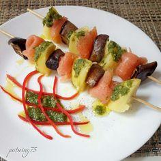 Spiedini di salmone affumicato, patate e melanzane grigliate condito con pesto genovese