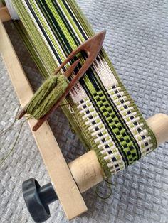 Inkle Weaving Patterns, Weaving Textiles, Loom Weaving, Loom Patterns, Inkle Loom, Card Weaving, Weaving Projects, Tear, Fiber Art
