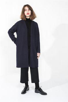 Blazer + cropped trousers 100% organic wool. Design : Elsien Gringhuis. Photo: Tse Kao