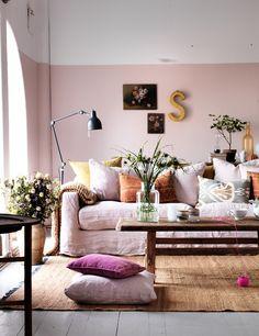 Hoge ruimtes lijken kleiner, knusser en gezelliger door eerder te stoppen met het schilderen in een kleur.