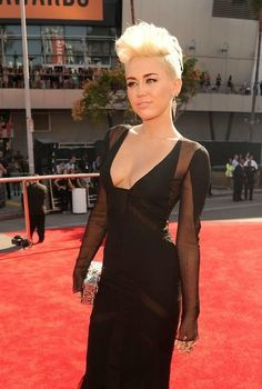 This is Miley Cyrus. She looks fabulous. Miley Cyrus 2012, Miley Cyrus News, Celebrity Pictures, Celebrity Style, Pretty People, Beautiful People, Bae, Mtv Video Music Award, Music Awards