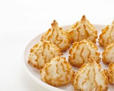 These incredibly easy macaroons are one of the most elegant desserts to make. With coffee or tea, unwind and indulge with these classy coconut almond macaroons. Desserts To Make, Köstliche Desserts, Sweets Recipes, Holiday Desserts, Cookie Recipes, Snack Recipes, Desserts Faciles, Snacks, Almond Macaroons
