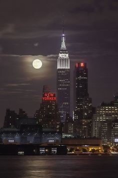 2013 Supermoon from New York City, USA (by Strykapose). Looks like it's from the NJ side!