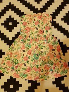 7e2fc0648d8e Květované letní šaty bez ramínek s kapsami.Vzadu přiznaný zip. Šaty mají  podšívku.