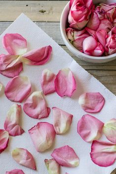 How to dry rose petals for all your homemade crafting projects. Check out this neat little trick to get your rose petals dried in two minutes flat! Rose Petals Craft, Fresh Rose Petals, Flower Petals, Diy Resin Projects, Easy Craft Projects, Crafts To Do, Kids Crafts, Homemade Tea, Homemade Crafts
