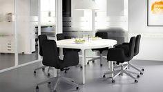 ダークグレーの回転チェアとホワイト/シルバーカラーの会議用テーブルでコーディネートしたミーティングルーム