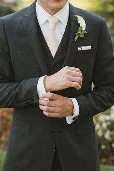 Gravata creme para padrinhos  Photography: Maria Vicencio Photography - mariavicencio.com/  Read More: http://www.stylemepretty.com/2014/04/16/elegant-meridian-house-wedding/