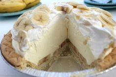 This Easy Banana Cream Pie is one of my favorite quick and easy desserts. Since we use a store-bought crust and instant banana pudding, it can be made in a jiffy. Spring Desserts, Köstliche Desserts, Delicious Desserts, Dessert Recipes, Banana Cream Pudding, Easy Banana Cream Pie, Banana Pie, Dream Pie Recipe, Diet