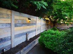 Fascinating Garden fence using pallets,Modern fence lattice and Wooden fence at home depot. Small Fence, Front Yard Fence, Farm Fence, Backyard Fences, Garden Fencing, Fenced In Yard, Reed Fencing, Fence Art, Pool Fence