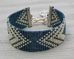 Kralen armband met denim weefgetouw en zilveren glas 11/0 Rocailles en antiek verzilverd eindigt in-/ uitschakelen en haak gesp.  De armband meet 7 lang, met extender 7 3/4 en 1 breed.  Laat het me weten als je een ander formaat nodig bij het bestellen.