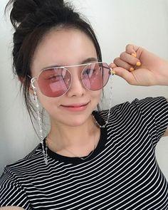 Korean Fashion Office, Korean Fashion Kpop, Korean Fashion Winter, Korean Fashion Casual, Korean Street Fashion, Fall Fashion Skirts, Fall Fashion Outfits, Mirrored Sunglasses, Sunglasses Women