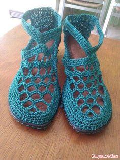 В интернете очень много идей вязаной обуви. И я загорелась желанием что-нибудь классное связать для себя. Crochet Boot Socks, Crochet Sandals, Crochet Slippers, Crochet Shoes Pattern, Shoe Pattern, Knit Shoes, Sock Shoes, Crochet Stitches, Knit Crochet