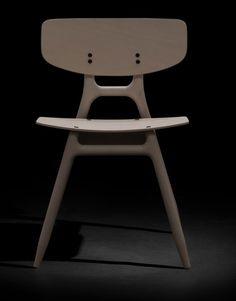 Las sillas nordicas Eco tienen una compleja estructura a modo de esqueleto que constituye el rasgo principal de la silla apilable ECO. Marca la personalidad de la silla y la define como un objeto casi escultórico, que a pesar de la desnudez, resulta cálido y acogedor por la forma y los materiales naturales empleados en
