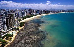 A cidade de Fortaleza é conhecida por ser uma das regiões litorâneas mais belas, a qual abriga diversas praias famosas e pontos turísticos que atraem turistas de todo o Brasil e do mundo. Além disso, é a sexta região mais populosa do país e a segunda metrópole mais rica do Nordeste. A cidade ainda abriga o Aeroporto Internacional Pinto Martins e o Estádio Castelão, palco da Copa do Mundo.