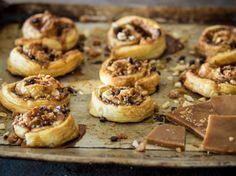 Blätterteigschnecken mit Toffee, Pekannüssen und Schokolade