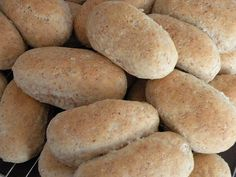 3 brød eller ca.45 rundstykker 1,5 liter melk eller vann 50 g gjær 12 ss olje eller smør 2 1/2 tsj salt 3 ss sukker 4-5 ss ses... Bread Baking, Hot Dog Buns, Scones, Granola, Baked Goods, Nom Nom, Sandwiches, Rolls, Food And Drink