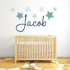 Jungen Namen als Wandtattoo im Babyzimmer über dem Babybett