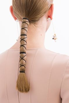 Stunning hair and make-up details you need to see from the haute couture shows Ponytail Hairstyles, Summer Hairstyles, Pelo Editorial, Beauty Editorial, Hair Jazz, Runway Hair, Sleek Ponytail, Sleek Hair, Hair Arrange