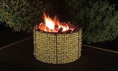Tolle Atomsphäre und auch noch funktionell: Die Feuerschale aus Gabionen zaubert nicht nur ein tolles Licht, sie kann sogar als Grill genutzt werden.