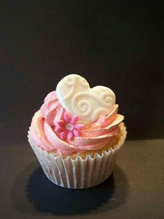 Peach frosting Cupcake w/ candy heart & flower Heart Cupcakes, Pretty Cupcakes, Sweet Cupcakes, Yummy Cupcakes, Cupcake Cookies, Valentine Cupcakes, Valentine Treats, Cupcake Toppers, Valentines
