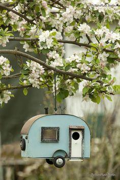 Awesome Homemade Bird House Ideas - Bird houses for Lk Markham - Vogelhaus Homemade Bird Houses, Birdhouse Designs, Birdhouse Ideas, Bird Boxes, Cool Ideas, Spring Garden, Dream Garden, Yard Art, Beautiful Birds