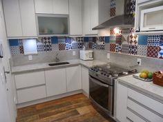 Cozinha piso ecowood, bancada aqualux e armários brancos