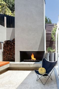 Fire pit in the garden, which makes the outdoor area more charming The fire has a magical attraction Outdoor Fire, Outdoor Areas, Outdoor Decor, Corner Garden, Open Fireplace, Round Design, Traditional Looks, Simple Shapes, Rustic Design