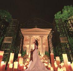 アーフェリーク迎賓館(小倉)|結婚式場写真「大通りに面した大きなエントランス。大階段からの入場は、特別な1日を予感させる演出。幸せの鐘の音とともにフラワーシャワーで祝福を!」 【みんなのウェディング】