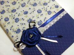 Consultar disponibilidade dos tecidos.  Caderno capa dura encapado com tecido 100% algodão, decorado com flor de cetim.