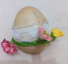 Huevo pintado a mano con.cafe encaje y flores