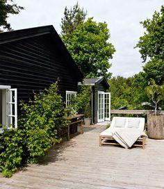 På en lille markvej i Rågeleje ligger et charmerende træhus, der danner rammen om to generationers meget enkle sommerlykke.