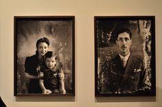 População de Diamantina representada em fotos das décadas de 40 e 50 (detalhes de desgaste pelo tempo). Exposição, Palácio das Artes, BH, MG, Brasil.