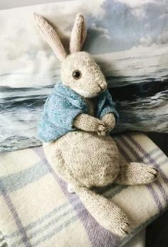 knitting toys How to knit a bunny rabbit. Click through for easy step by step tutorial and free knitting patter to make a knitted easter bunny rabbit. Click through to get tips and all the info you need to make your own Knitted Bunnies, Knitted Animals, Baby Bunnies, Knitted Dolls, Crochet Toys, Easter Bunny, Knit Crochet, Crochet Animal Amigurumi, Free Knitting