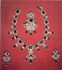 Collana, spilla ed orecchini della parure di smeraldi e diamanti della Regina di Danimarca