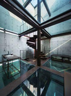Gedurfd design. Dit betonnen huis zonder ramen bestaat uit volledig glazen vloeren waardoor je naar boven en beneden kunt kijken vanaf de verschillende verdiepingen. #design #architectuur